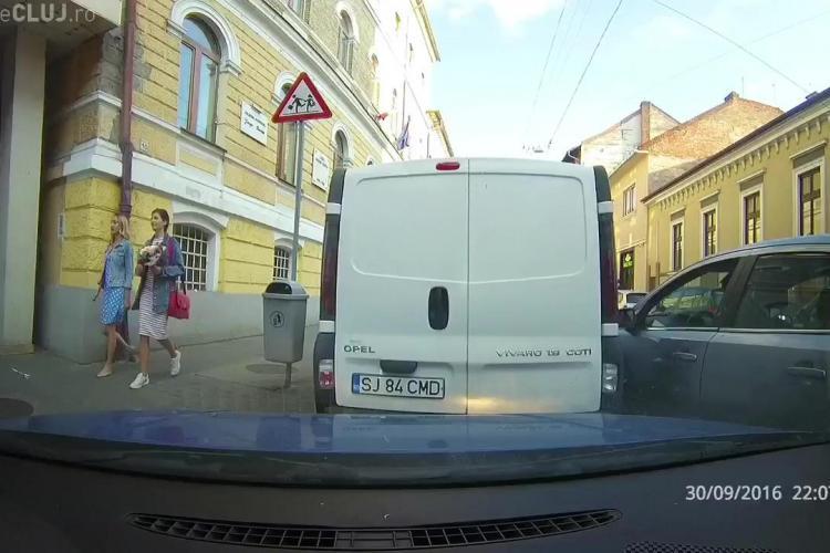 Șofer NESIMȚIT! A lovit un autoturism parcat și a plecat SENIN - VIDEO