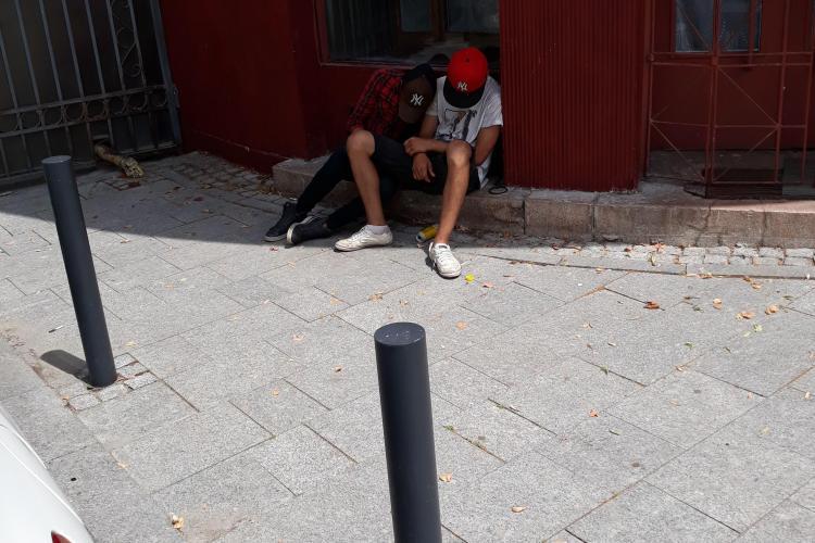 """Alți tineri surprinși """"inerți"""" pe străzile Clujului! Își fac autoritățile datoria? FOTO"""