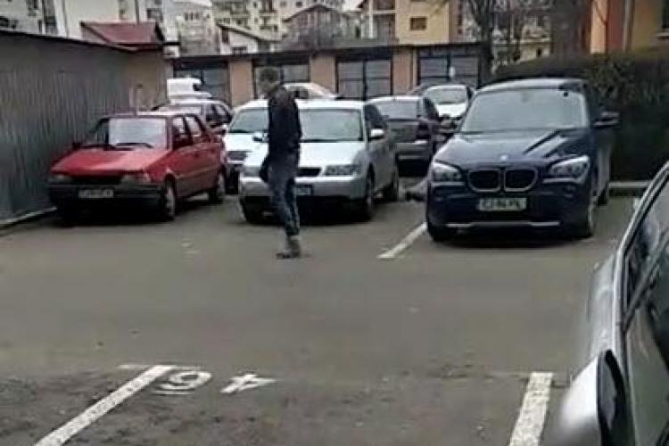 VIDEO - Drogat în Cluj-Napoca. De abia umblă pe stradă