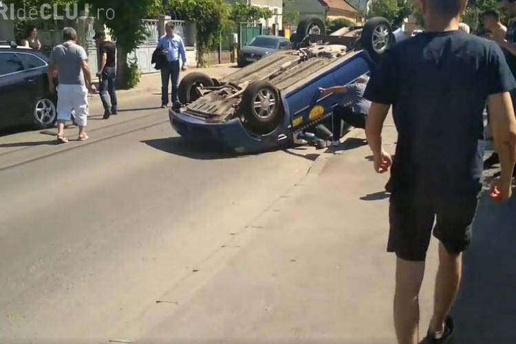 Taximetru răsturnat pe strada Bistriței - VIDEO