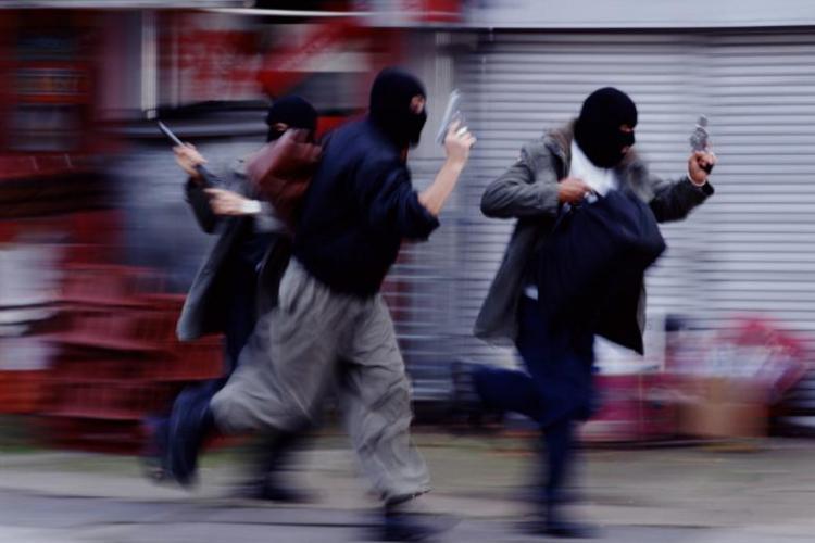 Jaf ca in filme, în România! Doi hoți au intrat cu armele în bancă și au furat 100.000 de lei