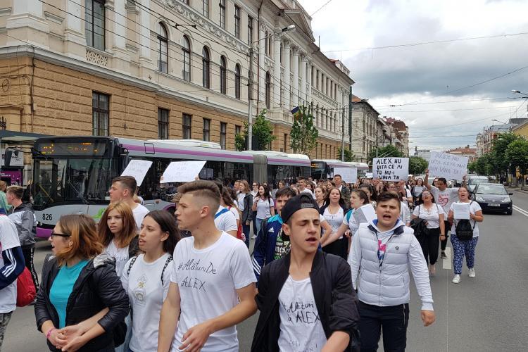 Marș de solidaritate cu Alex! Circa 200 de tineri au mărșăluit prin Cluj-Napoca pentru a aduna donații - VIDEO