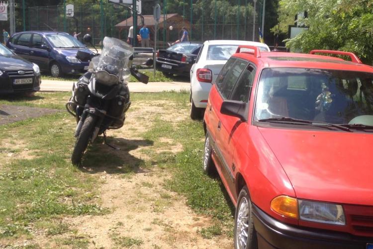 """Baza Sportivă Unirea, folosită ca parcare de șoferii """"sportivi"""" - VIDEO"""