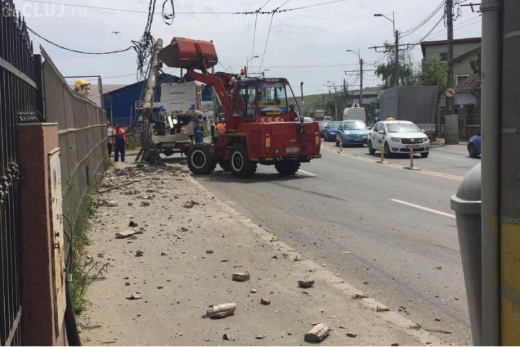 Circulația troleelor, blocată de un accident în Someșeni! Un șofer beat la volan a dărâmat un stâlp CTP FOTO