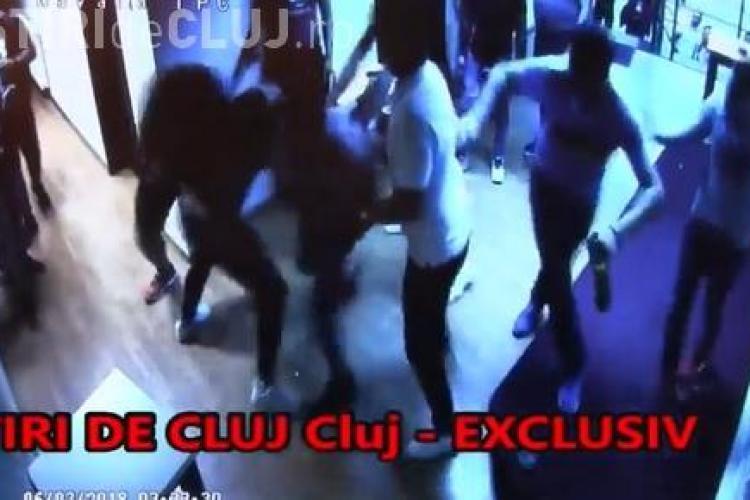 Doi dintre bătăușii care au snopit în bătaie un bărbat într-un club din centrul Clujului, reținuți de polițiști