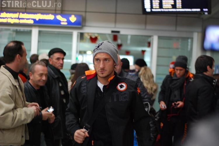 AS Roma a ajuns la Cluj! Totti a dat autografe si a fost salutat de tiffosi - FOTO