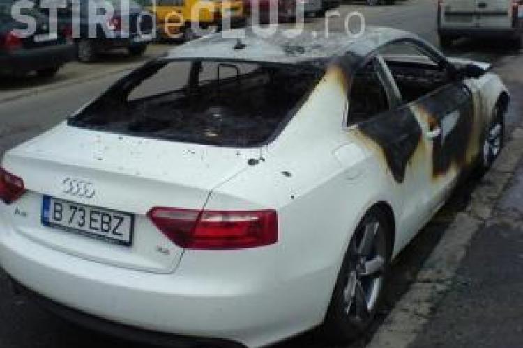 Cele trei masini Audi au ars dupa ce un barbat le-a dat foc! Acesta a fost surprins de camerele de supraveghere!