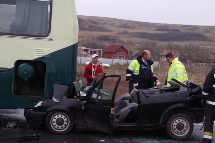 Accident pe centura Apahida! Un autoturism a intrat sub un autobuz militar si cinci militari sunt raniti - VIDEO si Galerie FOTO