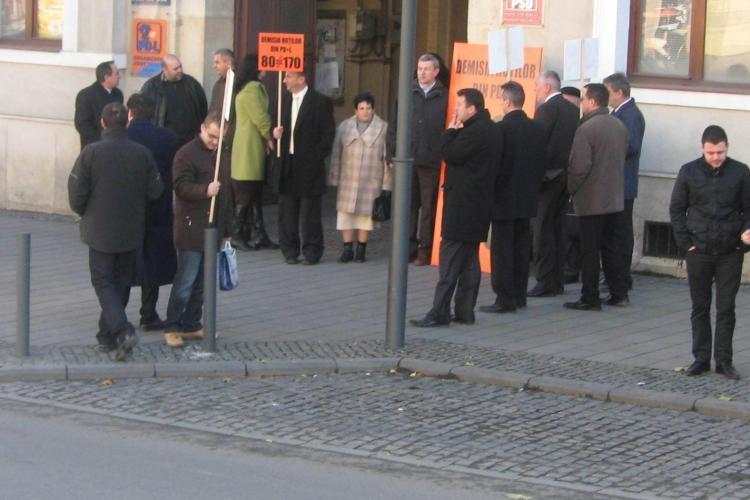 Liberalii clujeani, in frunte cu deputatul Horea Uioreanu, au pichetat si astazi sediul PDL - FOTO