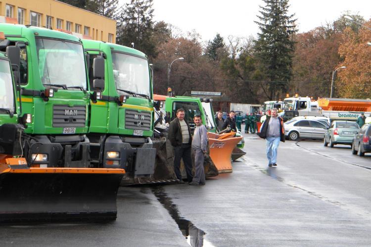 Aproape 200 de tone de material antiderapant au fost aruncate pe strazile Clujului