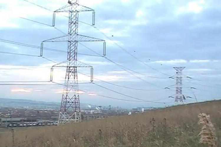 """Energie electrica """"wireless"""" pe dealurile Clujului! Vezi cum lumineaza un neon langa stalpii de inalta tensiune - VIDEO"""