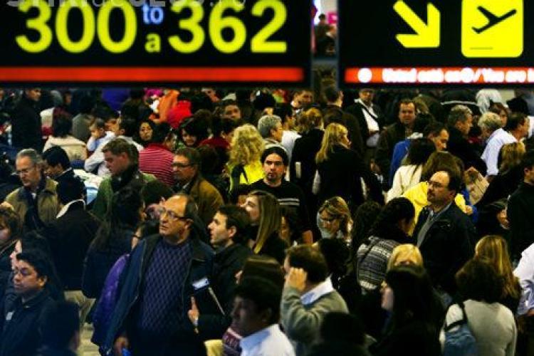 Le-au cedat nervii ! A fost nevoie de interventia politiei pentru a linisti pasagerii cursei Madrid - Cluj, blocata la sol - VIDEO
