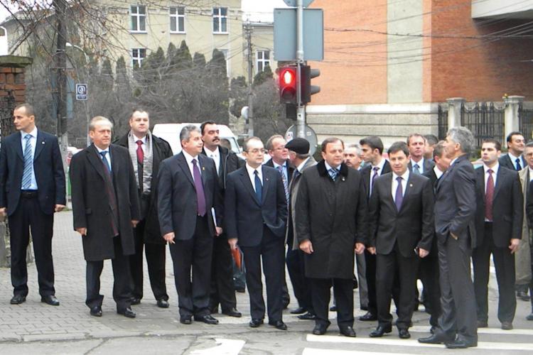 Boc s-a ferit de ochii clujenilor si a iesit pe usa din spate a primariei! Premierul participa la Cluj la alegerile PDL - FOTO si VIDEO