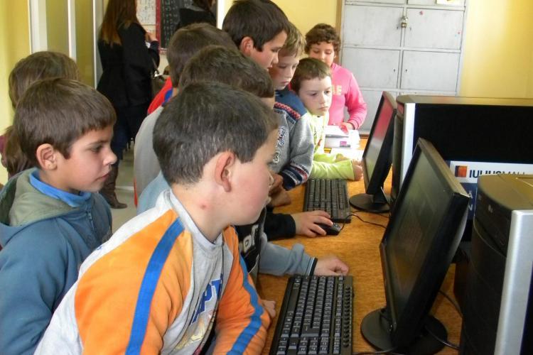 Copiii din Ghirolt, un sat uitat de lume din judetul Cluj, au primit calculatoare din partea Iulius Mall - FOTO si VIDEO