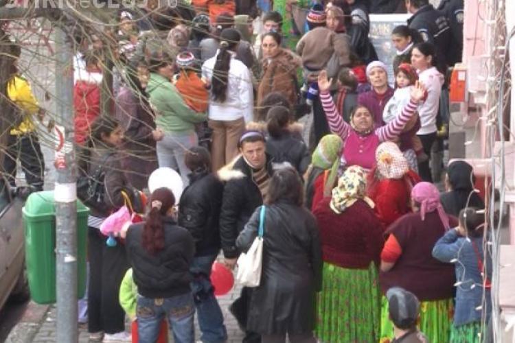 Protest in fata primariei Dej! Asistatii sociali nu si-au primit banii pe octombrie - FOTO