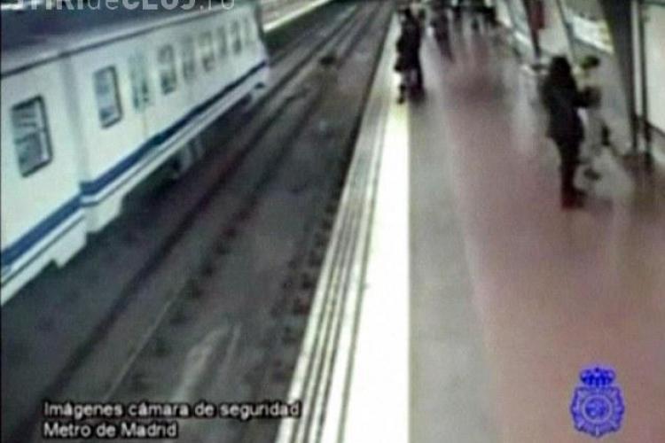 Un politist a salvat un barbat cazut pe sine cu o clipa inainte de a fi calcat de metrou - VIDEO