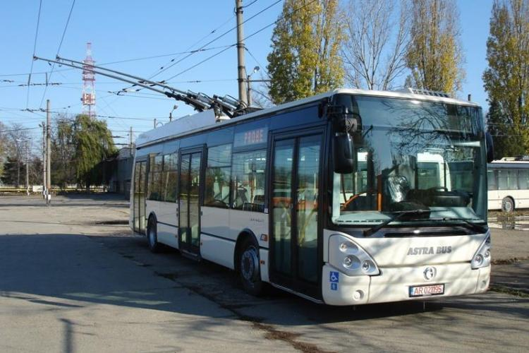 Doua troleibuze noi, in valoare de 640.000 de euro, date astazi in folosinta la Cluj