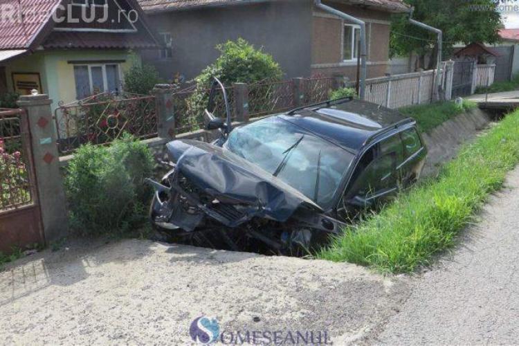 Accident grav pe un drum din Cluj. Un șofer a adormit la volan și a intrat cu Audi-ul într-un cap de pod FOTO