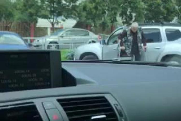 Cluj: Șofer în cârje, abia coboară din mașină, dar are drept de a conduce - VIDEO