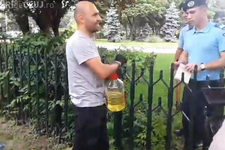 Un bărbat s-a legat de gardul Guvernului şi ameninţă că îşi dă foc - VIDEO