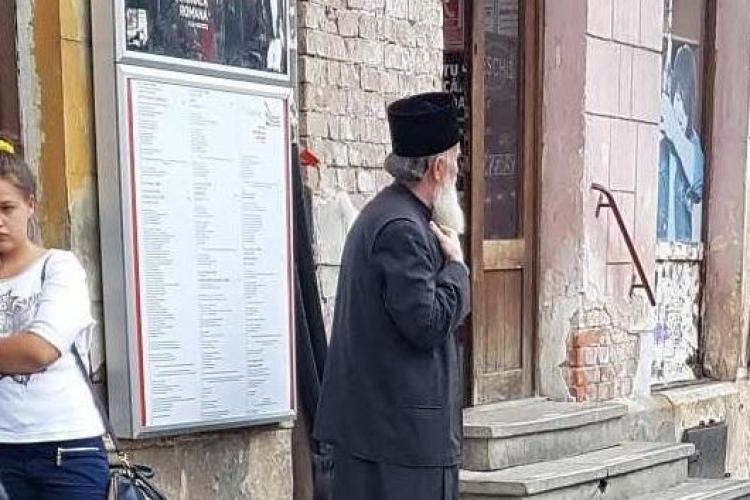 Normalitatea! Un cunoscut preot clujean fotografiat în timp ce aștepta autobuzul - FOTO