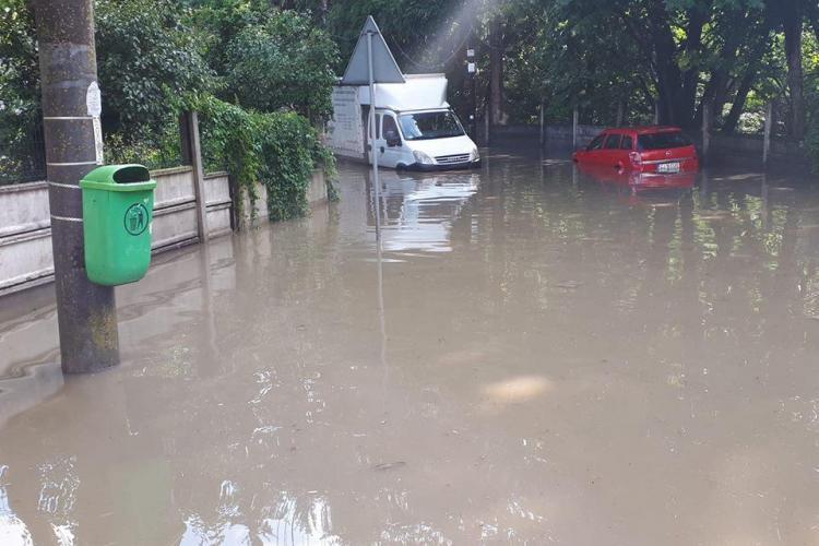 Cluj: Mașini aproape acoperite de apă pe strada Alexandru Borza - FOTO