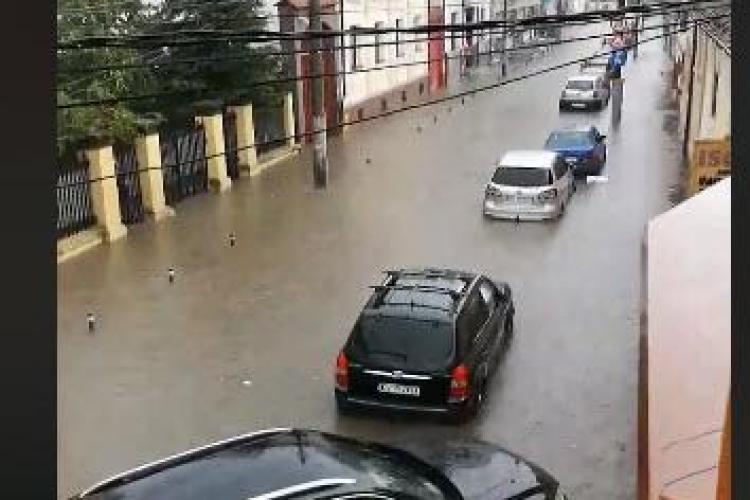 Imaginea ZILEI de la Cluj! Strada Mihai Eminescu este sub ape - VIDEO