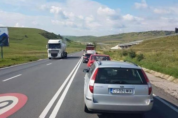 Cluj: Lacul s-a revărsat la Stejeriș peste Drumul Național. Traficul este îngreunat - FOTO