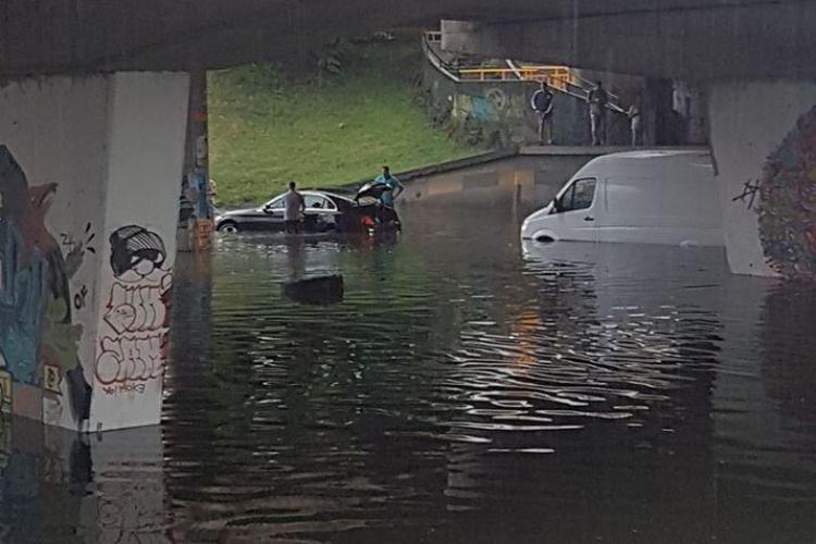 """Bolid """"inundat"""" sub podul din Mărăști. Acolo e un lac. Cine plătește pagubele? - VIDEO"""