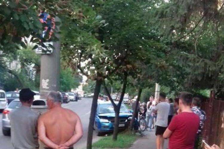 Neatenția face din nou victime la Cluj! Un tânăr a fost lovit de mașină în timp ce traversa strada neregulamentar, pe trotinetă FOTO