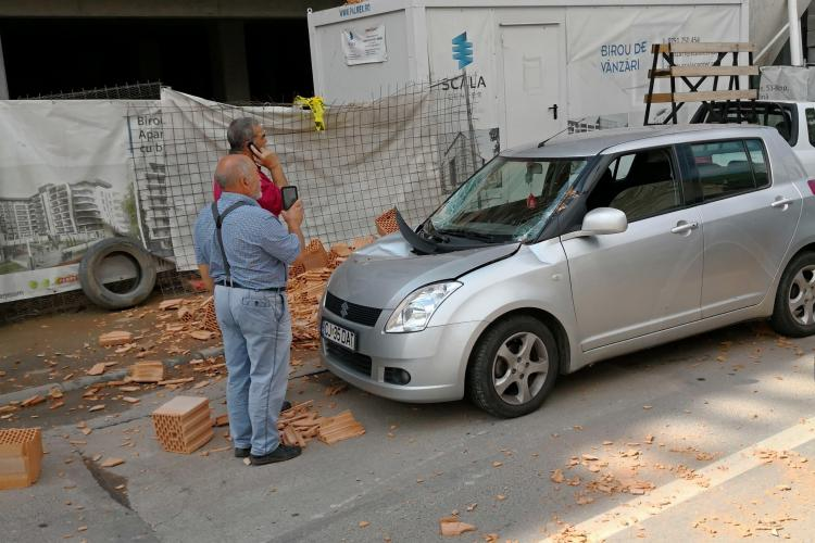Un palet cu cărămizi a căzut peste o mașină care trecea pe strada Someșului - FOTO EXCLUSIV
