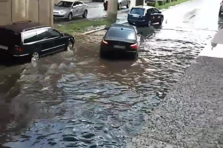 """BMW """"înecat"""" sub podul din Mărăști spre Terapia - VIDEO"""