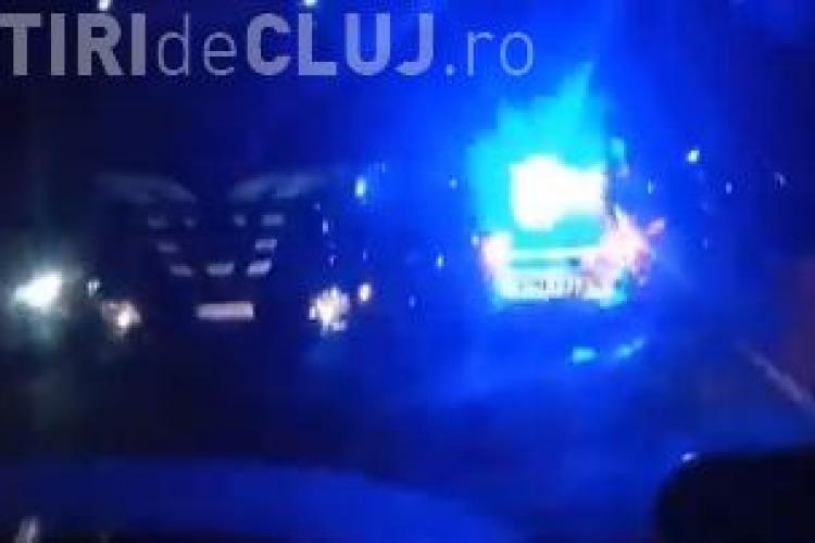 La un pas de tragedie, pe un drum din Cluj! Un șofer de TIR a lovit în plin o dubiță lăsată pe marginea drumului