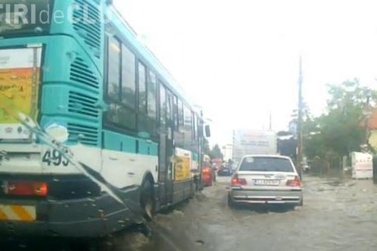 """Clujul după ploaie: """"Râuri"""" curg pe străzi VIDEO"""
