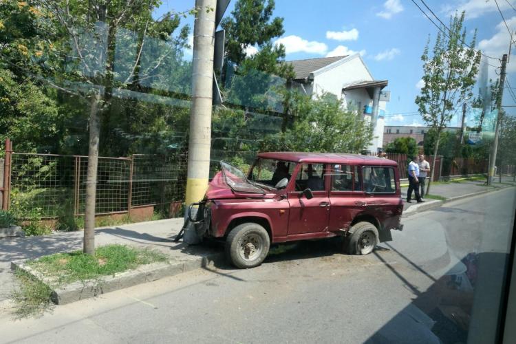 Accident cu două victime pe Traian Vuia. Un șofer neatent a ajuns cu ARO-ul într-un stâlp FOTO
