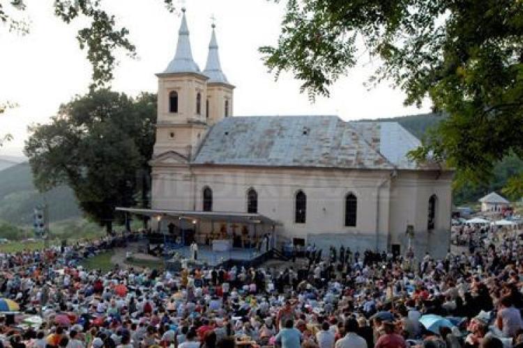 Pelerini mai puțini în acest an la Mănăstirea Nicula. Oamenii s-au rugat Icoanei - VIDEO