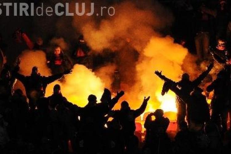 """Clujean """"înarmat"""" de meci prins de polițiști. Avea torțe, petarde și fumigene"""
