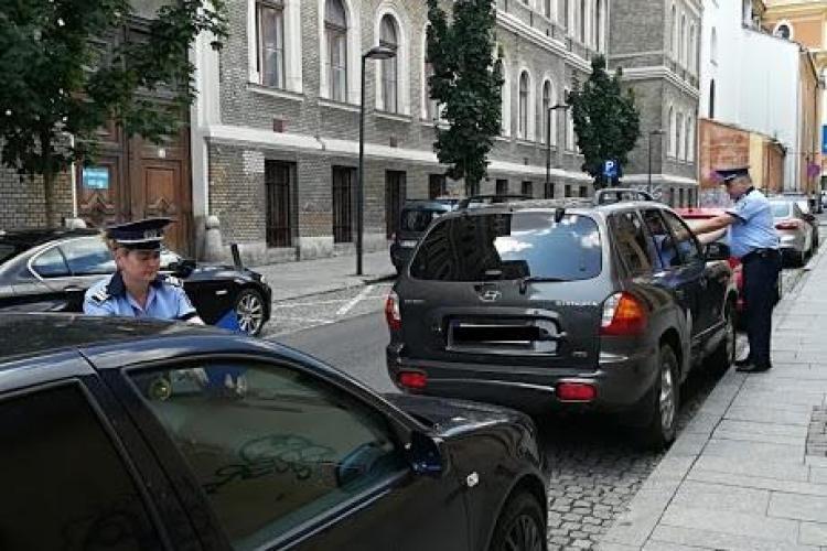 Campanie de prevenire a furturilor din autoturisme la Cluj. Polițiștii au găsit pe stradă mașini cu geamurile deschise FOTO
