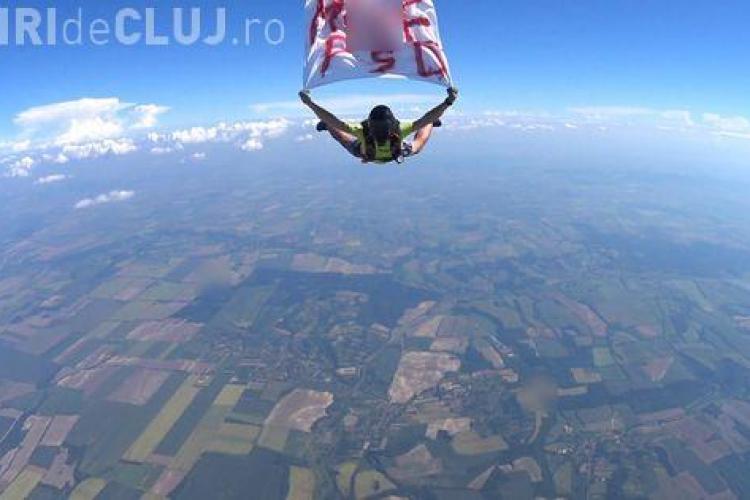 Un paraşutist a sărit din elicopter, de la 4.000 metri, cu mesajul M...PSD