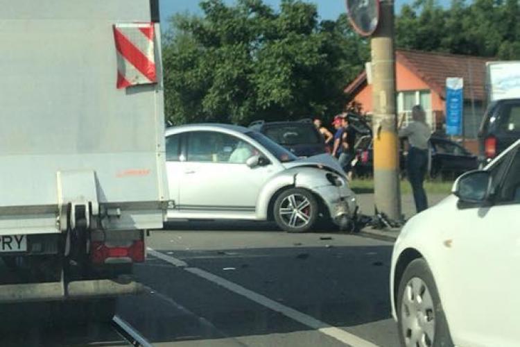 Accident pe Oașului. O șoferiță a ajuns cu mașina în stâlp FOTO