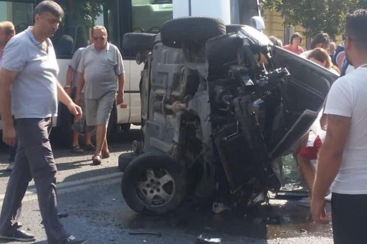 Accident cu victime în centrul Clujului. O mașină a fost răsturnată pe mijlocul drumului FOTO
