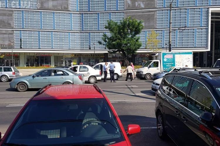 Accident cu trei mașini, pe Bulevardul 21 Decembrie. O persoană a fost rănită