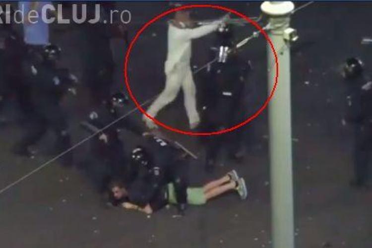 """""""Omul în alb"""" se contrazice: """"Aşa am venit îmbrăcat de acasă. Eşarfa era pentru gaze lacrimogene"""""""