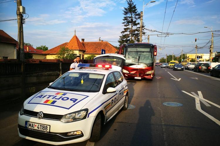Accident în Someșeni.Șoferul unui autocar in care erau 26 de oameni era băut la volan și a intrat intr-o mașină oprită la semafor-FOTO