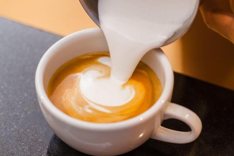 Cafea la ibric cu spumă făcută acasă