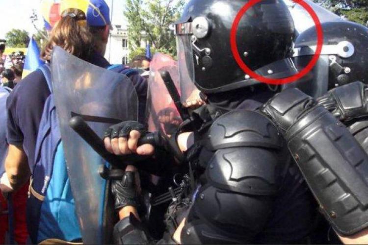 Jandarmii care și-au ascuns numărul de identificare de pe cască sunt căutaţi de Parchetul General
