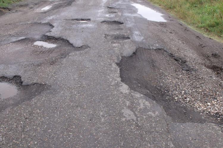 Se asfaltează drumul județean paralel cu Autostrada Transilvania