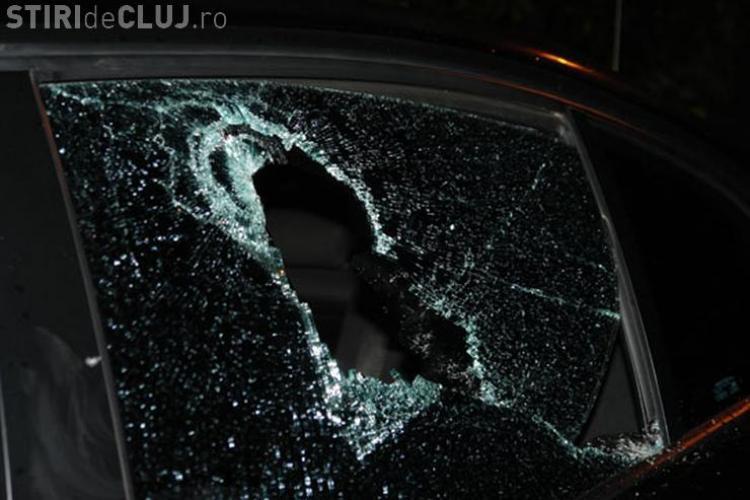 Tânăr teribilist, prins de polițiști după ce a vandalizat o mașină în centrul Clujului