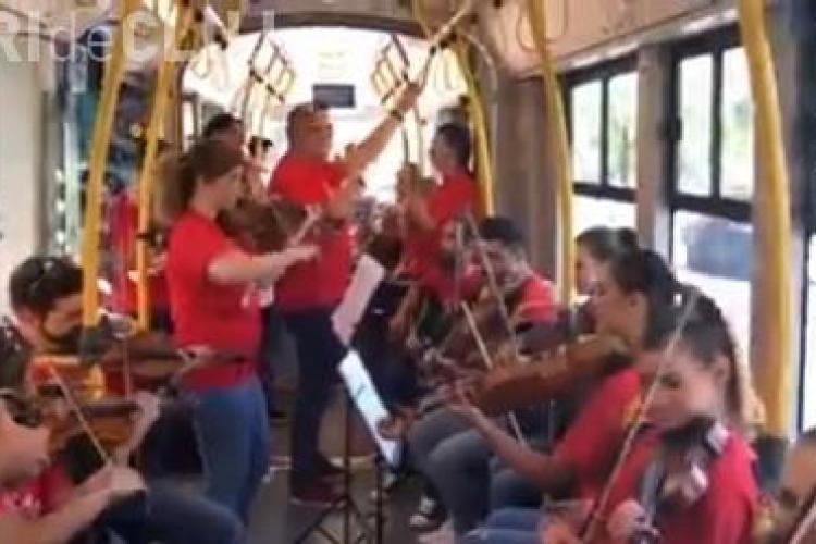 Concert surpriză în autobuz la Cluj VIDEO