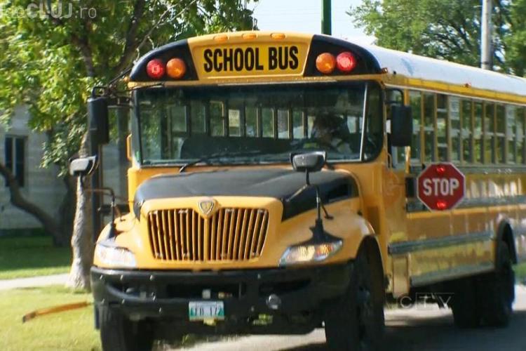 Cum arată un autobuz școlar în Canada. Ce pățești dacă îl depășești! - VIDEO